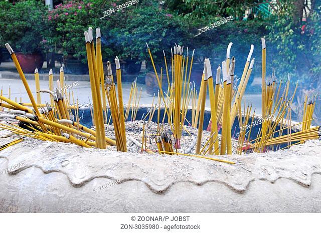 Räucherstäbchen-Gaben im Kloster Po Lin auf Lantau in Hongkong / Incense sticks at Po Lin monastery at Lantau at Hongkong