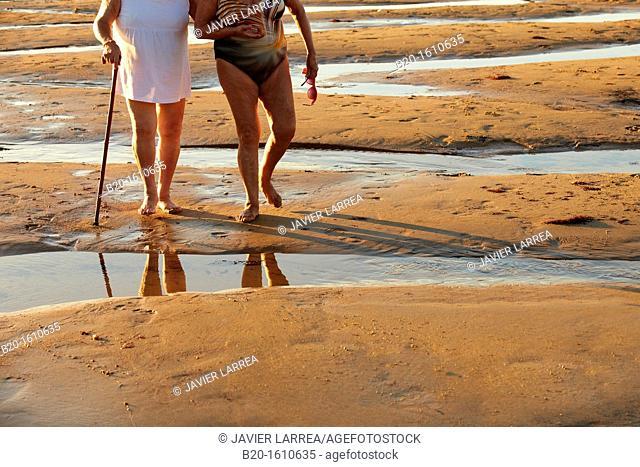 Seniors walking, Zurriola Beach, Donostia, San Sebastian, Gipuzkoa, Basque Country, Spain