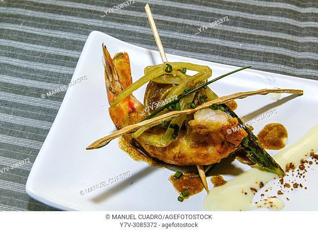 Pintxo de Oreja de cerdo glaseada con langostino y acelgas salteadas. Restaurante Cubita Kaia. Basque country, Spain