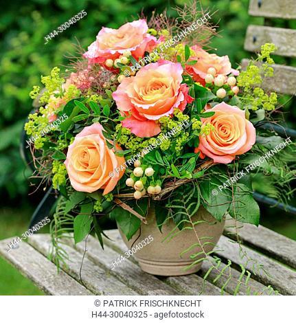 Blumenstrauss auf Gartenbank