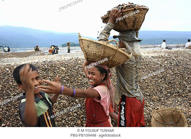 Child labourers work at Bholagonj stone quarry At least 9,000 people including 3000 women and 1000 children work as stone labourer