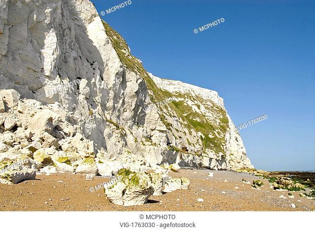 View over the beach the White Cliffs Nature Resort at Dover, South East England.Die Kreidefelsen von Dover. Weiss leuchtend kündigen die Kreidefelsen dem...