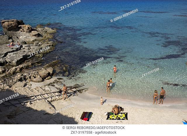Es caló des Mort, Migjorn beach, Formentera, Balears Islands, Spain. Holiday makers, tourists, Es caló des Mort, beach, Formentera, Pityuses, Balearic Islands