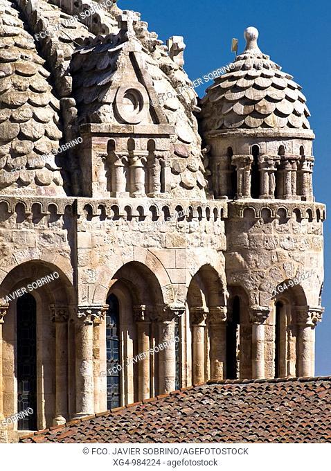 Detalle del cimborrio de la catedral del Salvador de Zamora, con los 'gajos' de su cúpula central y los templetes circulares de los ángulos decorados con...