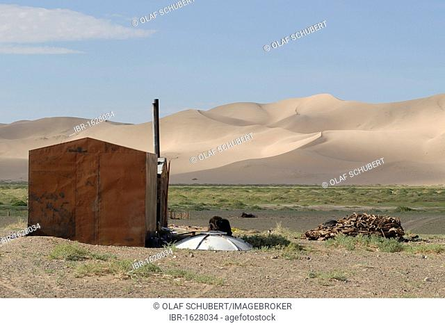 Mongolian cooking hut made of tin in front of the great sand dunes of Khorgoryn Els in the Gobi Desert, Gurvan Saikhan National Park, Oemnoegov Aimak, Mongolia
