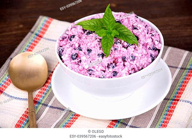 Cottage cheese with strawberry and blueberries