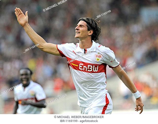 Mario Gomez, VfB Stuttgart, celebrating a goal, Arthur BOKA in the back, VfB Stuttgart