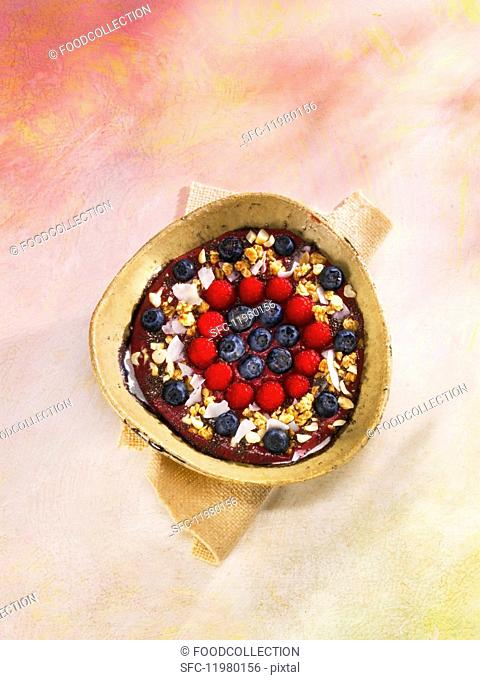 Blackberry and coconut smoothie bowl