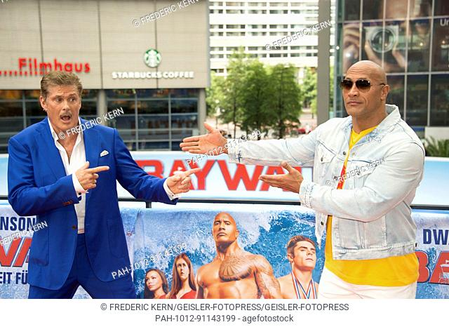David Hasselhoff and Dwayne Johnson at the 'Baywatch' photocall at Sony Center on May 30, 2017 in Berlin, Germany. | Verwendung weltweit