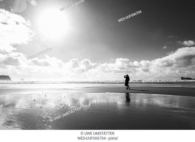 France, Bretagne, Finistere, Crozon peninsula, woman on the beach
