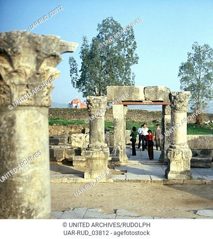 Besichtigung der Synagoge in Kafarnaum am See Genezareth, Israel 1970er Jahre. Visitation of the synagogue of Capernaum at the Sea of Galilee, Israel 1970s
