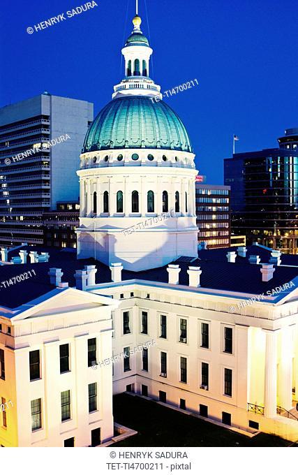 USA, Missouri, St. Louis, Courthouse at dusk