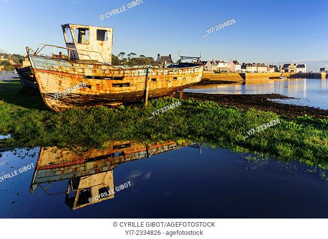 Fishing boat wreck, Presqu'île de Crozon, Finistere, Brittany, France