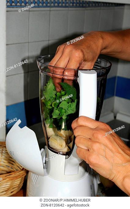 Brennnessel-Smoothie zubereiten Bananenstücke und Blätter mixen