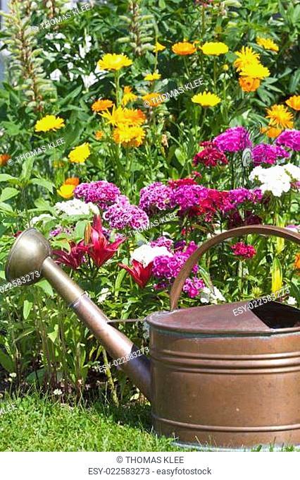 Farbenfrohes Blumenbeet mit Lilien