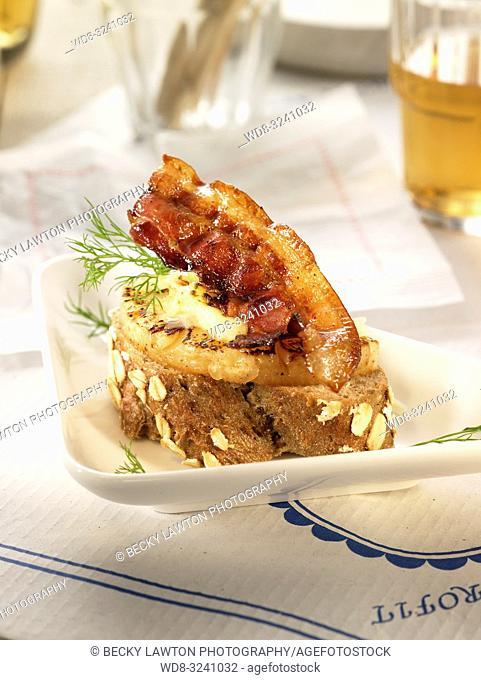 montadito de bacon, pina y queso de cabra