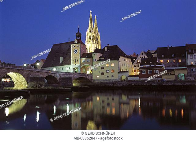 Germany, Bavaria, Regensburg, Danube, stone bridge, Brücktor, gaze old part of town, cathedral St  Peter, evening, waiter-palatinate, city, city-opinion, river