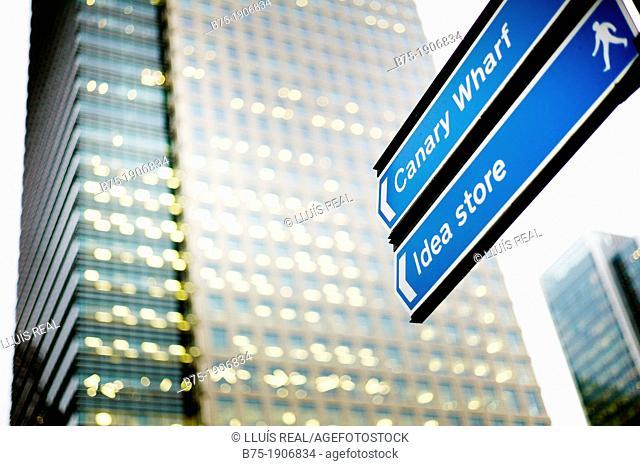 Canary Wharf, London, England, UK, indicaciones al centro comercial con edificio de oficinas al fondo, Canary Wharf, London, England, UK