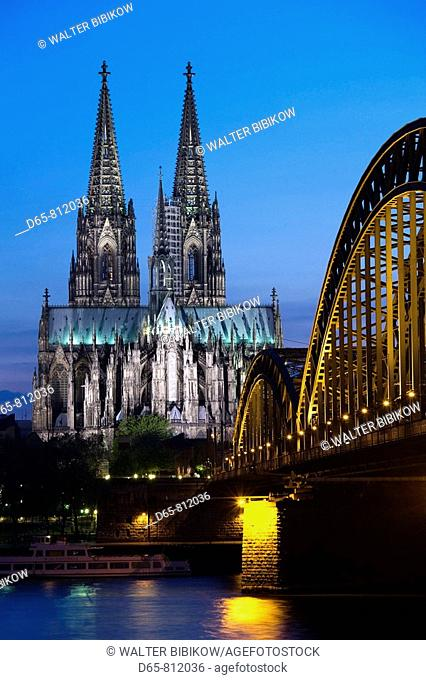 Germany, Nordrhein-Westfalen, Cologne, Cologne Cathedral and Hohenzollern Bridge, evening