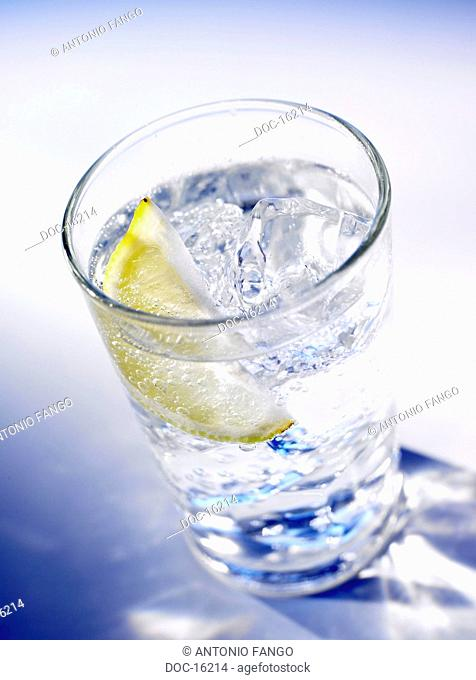 Glassware filled with H20, icecubes and a lemon pane. CO2 H20 - H2O Carbonic acid - ascorbic acid