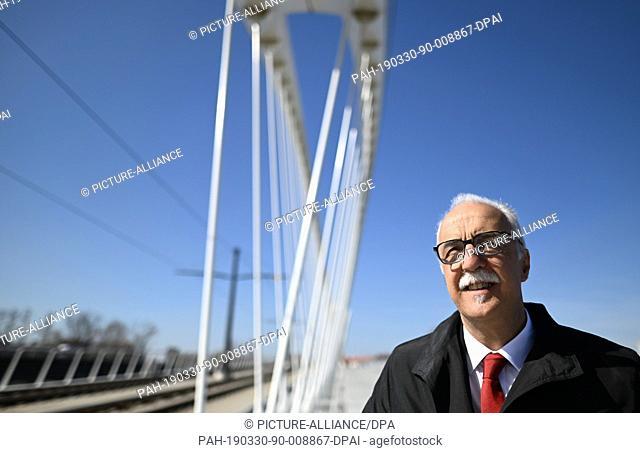 28 March 2019, Baden-Wuerttemberg, Kehl: Toni Vetrano (CDU), Lord Mayor of Kehl, stands in front of the Beatus-Rhenanus Bridge