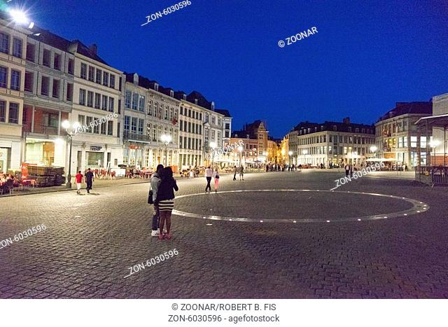 Grande Place in Mons, Grande Place in Mons bei Nacht, während des Stadtfests Doudou (Ducasse) Foto: Robert B. Fishman, 15.6.2014