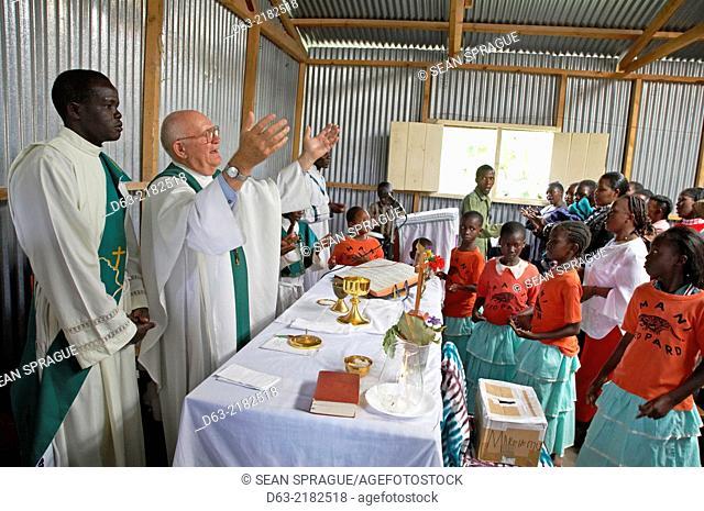 KENYA. American Catholic missionary priest celebrating mass in a slum of Nairobi