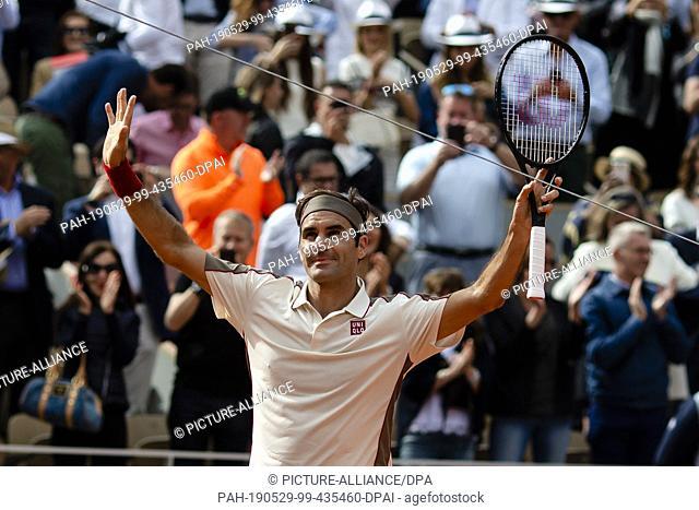 29 May 2019, France (France), Paris: Tennis: Grand Slam/ATP-Tour, French Open, singles, men, 2nd round, Federer (Switzerland) - Otte (Germany): Roger Federer...