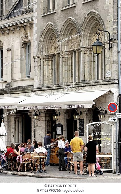 SIDEWALK CAFE IN FRONT OF THE CHARTRES CATHEDRAL, EURE-ET-LOIR 28, FRANCE