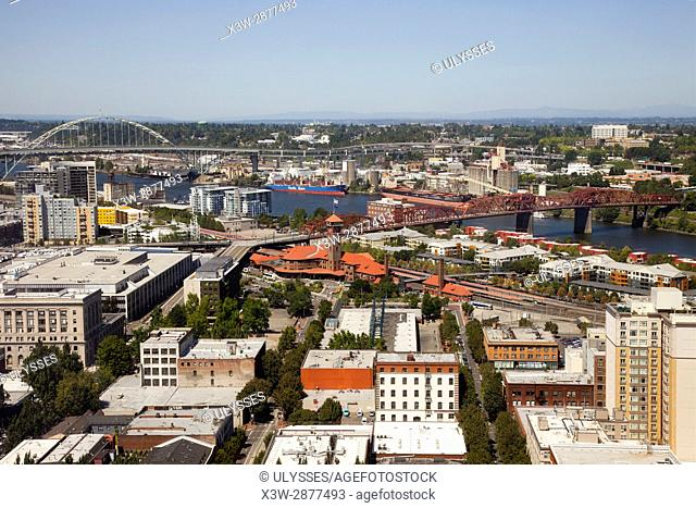 America, USA, State of Oregon, town of Portland, overview with, Willamette river the red Broadway Bridge and Fremont Bridge