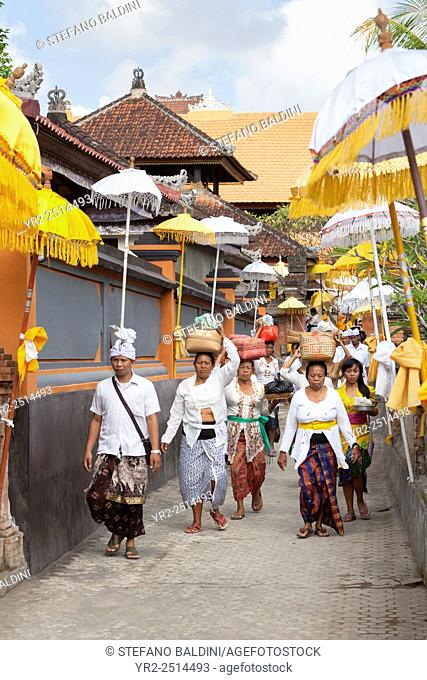 Women carrying food offerings, celebrating the festival of Kuningan at a temple in Mas near Ubud , Bali, Indonesia