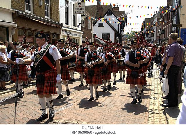 KENT, ROCHESTER, DICKENS FESTIVAL THE HIGHLAND PIPERS LEADING THE PROCESSION DOWN THE HIGH STREET