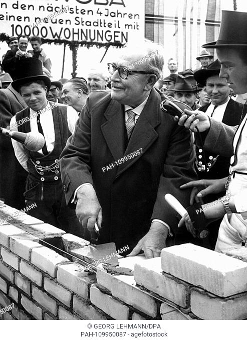 The President of the Senate of Bremen, Wilhelm Kaisen at the laying of the foundation stone in Bremen Gartenstadt on 9 May 1957