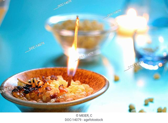 Bowl with incense - Boswellia - dried resin from the leaves of the balm tree - remedial effect with flammable and tumoroesen illnesses