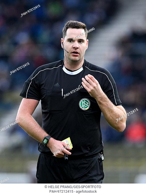 referee Felix-Benjamin Schwermer (DFB) Portrait, PortrÃ-t, Kopfbild, Kopf. GES/ Fussball/ 3. Liga: Karlsruher SC - FSV Zwickau, 18.11