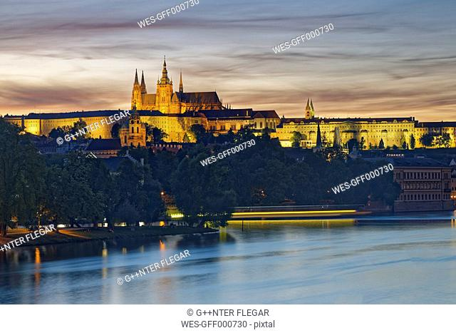 Czech Republic, Prague, Prague Castle and St. Vitus Cathedral, Vlatva river in the evening