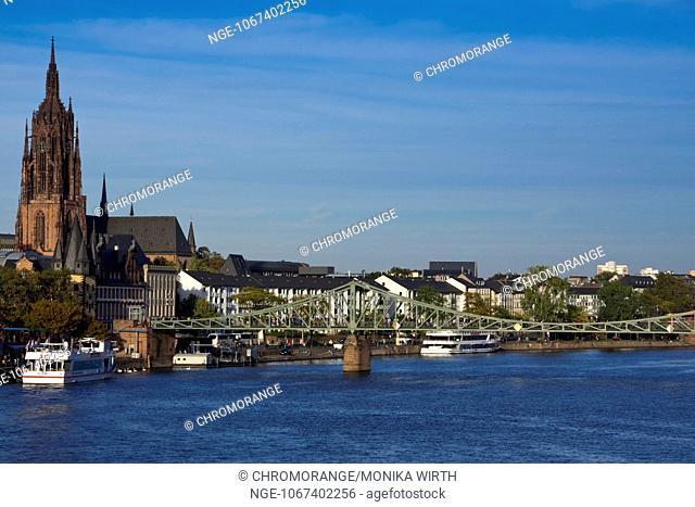 Eiserner Steg, bridge over the Main river and Kaiserdom St. Bartholomaeus cathedral, Frankfurt am Main, Hesse, Germany, Europe