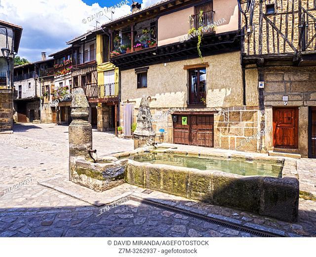 Plaza Mayor y fuente. San Martín del Castañar. Sierra de Francia. Salamanca. Castilla León. España