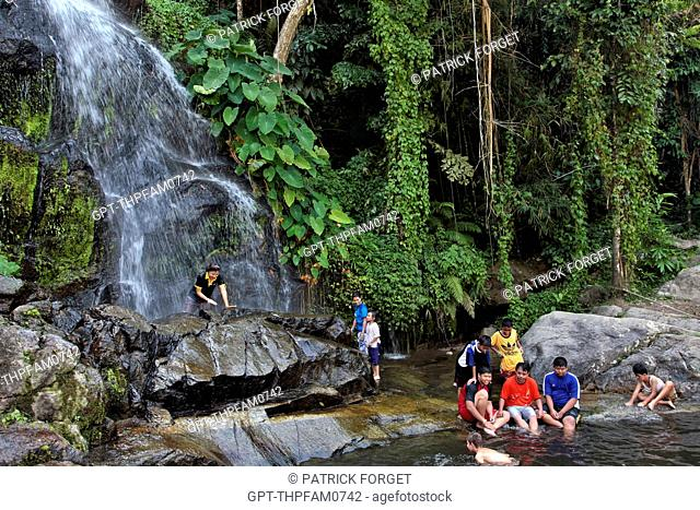THAI LOCALS BATHING IN A POOL AT THE FOOT OF A CASCADE IN THE JUNGLE, BANG SAPHAN, THAILAND, ASIA