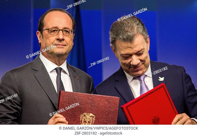 Colombian President Juan Manuel Santos (R) and his French counterpart Francois Hollande