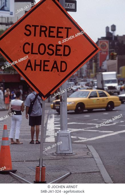 Schild 'street closed ahead' - Strassenszene - New York City - New York - USA | Sign 'street closed ahead' - Street Scene - New York City - New York - USA |...
