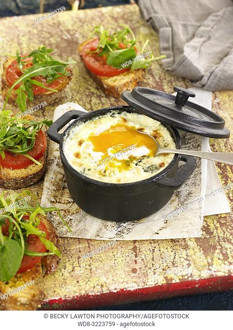 huevos en cocotte con gorgonzola / eggs in cocotte with gorgonzola