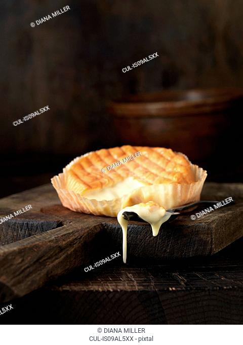 Baked chablis de Bourgogne cheese