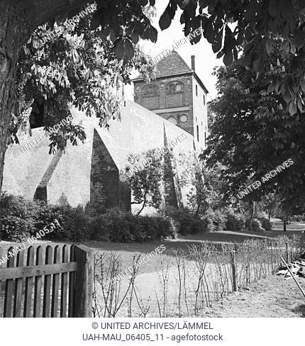 Unterwegs in der alten Hansestadt Tangermünde, Deutschland 1930er Jahre. At the old city of Tangermuende, Germany 1930s