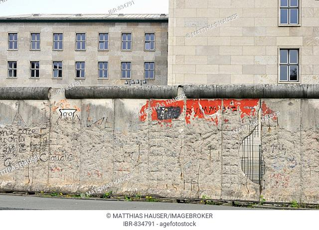 Original remains of the Berlin Wall in front of the Detlev-Rohwedder-House, former seat of the Reichsluftfahrtsministerium