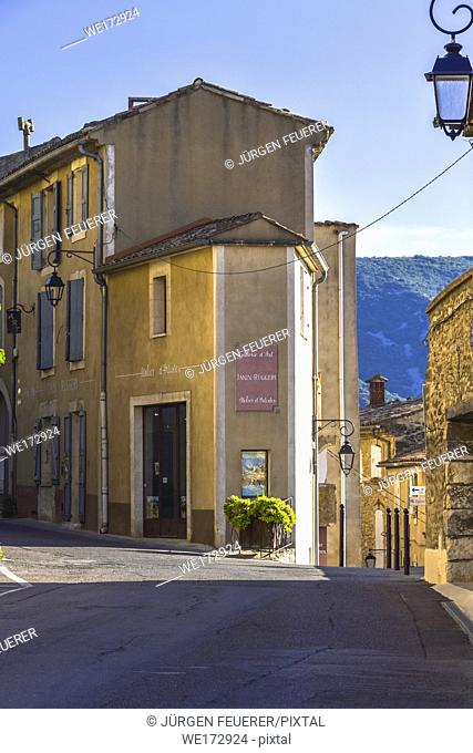narrow corner house between streets in the village Bonnieux, Provence, France, massif of Luberon, region Provence-Alpes-Côte d'Azur