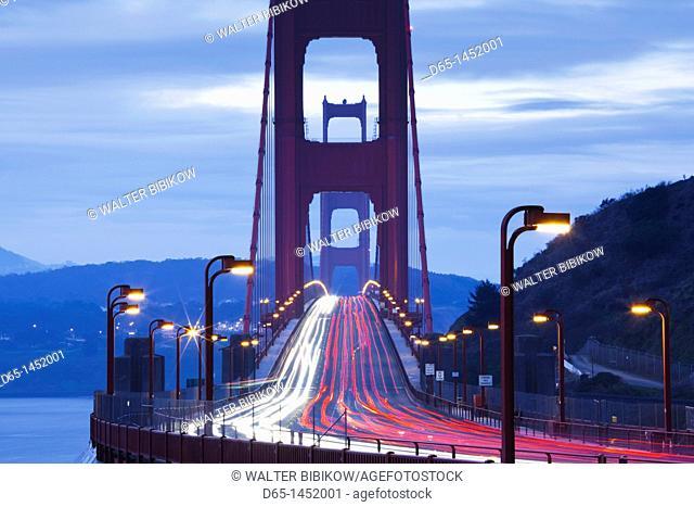 USA, California, San Francisco, Marin Headlands, Golden Gate National Recreation Area, Golden Gate Bridge, dawn
