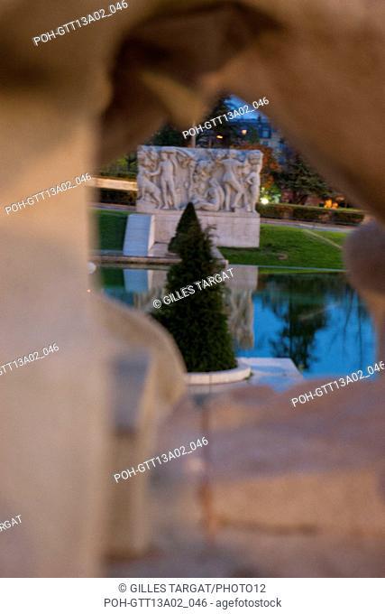 france, region ile de france, paris 16e arrondissement, jardins du trocadero, place de varsovie, tour eiffel, fontaines, matin, nuit, sculpture