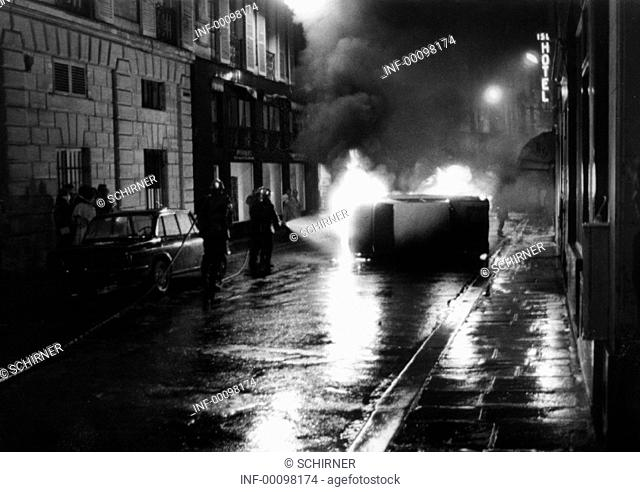 Demonstration, Frankreich 1968, Studentenunruhen, im Quartier Latin, 7.5.1968, Feuerwehr löscht ein brennendes Auto  Zerstörung, Verwüstung, Unruhen, Politik