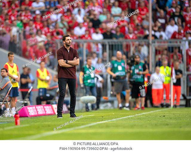 31 August 2019, Bavaria, Munich: Soccer: Bundesliga, Bayern Munich - FSV Mainz 05, Matchday 3 in the Allianz Arena. Coach Sandro Schwarz from Mainz is on the...